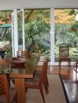 Sala de Jantar rodeada por verde.