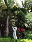 Consulado Jardins - flores contraste com escultura