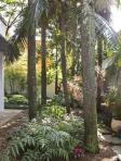 Jardim lateral com escultura