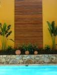 Deck de parede em canteiro tropical