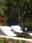 Descanso merecido ao sol com orquídea ao fundo